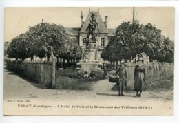Vergt L'hôtel De Ville Et Le Monument - France