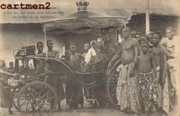 ADJI-KI ROI NEGRE DANS SON CARROSSE AU MILIEU DE SES MINISTRES VOITURE VEHICULE TYPE AFRIQUE OCCIDENTALE - Non Classés