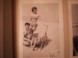 ALBUM DE 120 PHOTOS NOIR-BLANC COLLÉES SUR FEUILLES D ALBUM FAMILLE BELGIQUE PLAGE MER - Albums & Verzamelingen