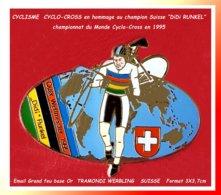 "SUPER Et RARE PIN'S SUISSE CYCLO CROSS : Championnat Du Monde 1995 Avec ""DiDi RUNKEL"" émail Grand Feu Base Or  3X3,7cm - Wielrennen"