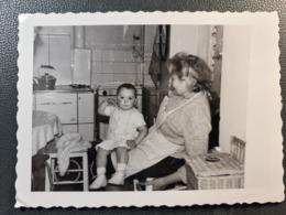 PHOTO INTERIEUR MAISON VERS 1950 ENFANT SUR LES GENOUX DE SA GRAND MERE  MODE TENUE EPOQUE - Bâtiments & Architecture
