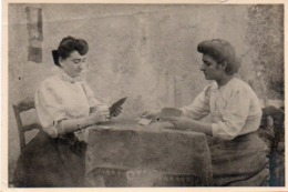 910Mm  Photo De Deux Femmes Joueuses De Cartes Jeu De Belote Tarot Bridge - Cartas