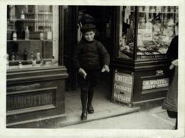 CHELSEA'S YOUTHFUL PAVEMENT ARTIST CARTOONS HAROLD KID CHILD NIÑO ENFANT   +- 21*16CMFonds Victor FORBIN (1864-1947) - Fotos