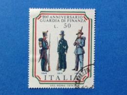 1974 ITALIA ANNIVERSARIO GUARDIA DI FINANZA UNIFORMI 50 FRANCOBOLLO USATO STAMP USED - 6. 1946-.. Repubblica