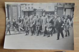 Spa Libération Soldats Allemands Prisonniers Et Résistants  (vieille Photo (reproduction?) 24.5 X 35) - Kaufmanns- Und Zigarettenbilder