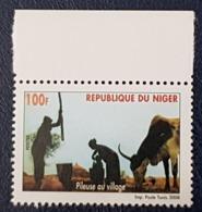 NIGER 2008 YT 1674 PILEUSE AU VILLAGE COW OX OSEN WORKER OUVRIER  MNH - Niger (1960-...)