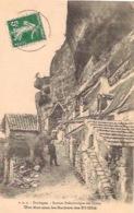 Une Rue Sous Les Rochers Des EYZIES (2 Personnages) - Sarlat La Caneda