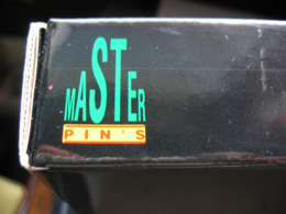 Superbe Coffret MASTER Pin's En Bon état Composé De 15 Pins De Films De Metro Goldwyn Mayer Avec Certificat + Facture - Filmmanie