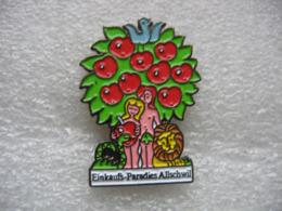 Pin's Adam Et Eve Sous Un Pommier Rempli De Belles Pommes Rouges - Levensmiddelen