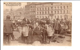 BOULOGNE-SUR-MER  - DEVANT LA HALLE AUX POISSONS AU MOMENT DE LA CRIEE - Boulogne Sur Mer