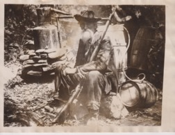 GEORGIA MOONSHINER SITS ON GUARD TRUSTY GUN AT REST SOUTHERN STATES USA  +- 21*16CMFonds Victor FORBIN (1864-1947) - Profesiones