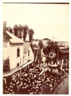"""COUERON  44   """"PROCESSION DE LA FETE DIEU     1901  SEPIA ANIMEE """"FABRIQUE D'EAU GAZEUSE"""" - Luoghi"""