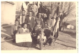 """VIVA LA LEVA  ..?.. 1934""   JEUNES GENS AVEC DRAPEAUX  ACCORDEONISTE  MOTO  ITALIEN   CARTE PHOTO - War, Military"