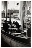 Photo Originale Guerre 1939-45 Inspection D'un Bateau De Pêche Au Port Par La Wehrmacht Vers 1940 - War, Military