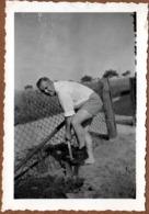 Photo Originale Gay & Playboy Pour Jardinier Du Dimanche En Short à L'unique Chaussure - Le Grand Bond Au Pied Nu ! 1938 - Profesiones