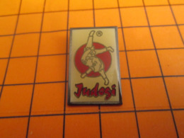 819 PIN'S PINS / Rare Et De Belle Qualité ! / Thème : SPORTS / BAGARRE DE GARCONS EN PYJAMA JUDOGI JUDO - Judo