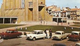 17 - Royan - La Cathédrale - Citroën Ami 6 - Renault Dauphine - Simca P 60 - Opel - Flamme  PTT - 1970 - ZOOM - Passenger Cars