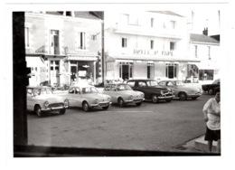 Photo Originale De 1963 ,  , Automobiles à Préfailles Devanture Hôtel Et Pharmacie , Renault Dauhine , Simca Et Panhard - Automobili