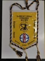 Luxembourg Fanion, 5e Brevet 200km Euraudax 1975. Alzingen, Bertrange, Holzem... - Entriegelungschips Und Medaillen