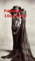 Reproduction D'une Photographie Ancienne D'une Danseuse Vêtue D'une Longue Robe En Voile Avec Perles Et Bijoux - Riproduzioni