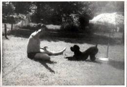Photo Originale Gay & Playboy En Maillot De Bain Jouant Avec Son Chien Caniche Récalcitrant Au Jardin - Personas Anónimos