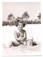 Photo Originale ,fillette Nue Sur La Plage, Dim. 9.0 X 11.0 Cm - Personas Anónimos