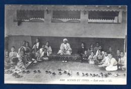 Algérie. Ecole Primaire Arabe. Enseignant Et élèves Pieds Nus, Assis Par Terre. - Plaatsen