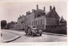 Carte Photo Cpsm :Une  Camionnette Peugeot ? Devant L'école De Luzy (58) - Cars