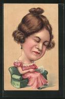 Präge-AK Frau Mit übergrossem Kopf Sitzt Auf Der Couch - Postkaarten