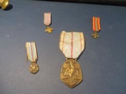 MILITARIA 4 Médailles Voir Scan - Autres
