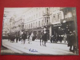 "ALLEMAGNE - WIESBADEN - CARTE PHOTO - DEFILE MILITAIRES - MAGASINS..."" RARE "" - - Wiesbaden"