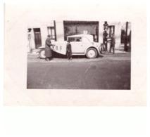 BELLE AUTOMOBILE ANNEES 1930  -POMPISTE FAIT LE PLEIN DU VEHICULE - Automobile
