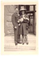 MILITAIRE ET SA MARIEE CHAPEAU ET BOUQUET DE FLEURS BLANCHES PH. S. BOUTEILLE MARSEILLE 21/3/44 - Krieg, Militär