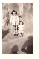 FILLETTE ET GRANDE POUPEE ELEGANTE  AVEC CHAPEAU ET ANGLAISES -ANNEE 1940.50 - Anonyme Personen