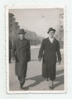 Men Walking In The City-Varna  E942-268 - Anonyme Personen
