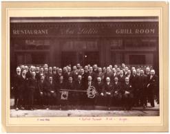 """RESTAURANT """"AU LUTIN""""  5 MAI 1932  HOMMES EN COSTUMEs CRAVATEs TIENNENT """"UNE GRANDE CLE"""" Ph REGIS LEBRUN PARIS - Orte"""