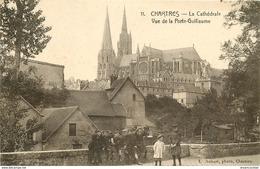 WW 28 CHARTRES. Groupe D'écoliers à La Porte Guillaume Et Vue Sur La Cathédrale. Impeccable Et Vierge - Chartres
