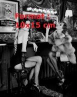 Reproduction D'une Photographie Ancienne De Deux Danseuses En Tenue Légère, Bas, Fourrure Et Gants Assises à Un Bar - Repro's