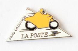 Pin's LA POSTE DANS LA COURSE - Logo - Moto Carénée Jaune - Logocap - I757 - Post