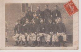 Carte Photo -  Militaires Assis Et Debouts - Regiments