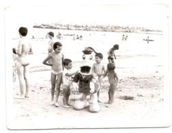Photo Originale , Enfants  En Maillot De Bain Sur La Plage Et Donald , Dim. 12.0 X 9.0 Cm . - Personas Anónimos