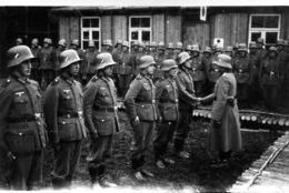 Photo De Soldat Allemand Au Garde A Vous Et Qui Sont Féliciter Par Un Officier Allemand En 39-45 - Guerra, Militares