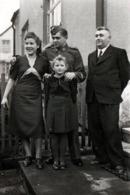 Photo Originale Guerre 1939-45 - Soldat De La Wehrmacht Posant En Famille Avant Le Départ - III Reich - Guerra, Militares