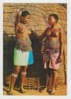 BA526 - TRIBAL LIFE - Stamlewe - Zulu Maidens Beside Their Beehive Hut, Natal - Femmes Seins Nus - Südafrika