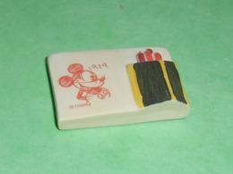 """Fèves / Disney / Dessins Animés / Film / BD : L'atelier De Mickey , Plaque , Boite à Crayon  """" Mat """"  T31 - Disney"""