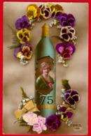 -- CARTE FANTAISIE / OBUS DE 75 Avec FEMME à L'INTERIEUR Et GUIRLANDES DE PENSEES -- - Guerre 1914-18