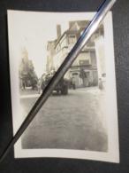 Photo Originale WW2 - Sur La Route De Rennes - Passage Des Américains Devant Hôtel Restaurant De La Care - B.E - - Guerra, Militares