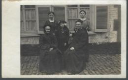 Monsieur Le Curé Et Sa Famille Plusieurs Générations Doyenne Veuve En Noire Ses Filles Et Petite Fille Carte PHOTO - Personnes Anonymes
