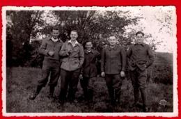 -- CARTE PHOTO D'un  GROUPE DE PRISONNIERS / GUERRE 1939-1945 / STALAG KA 53 -- - Guerra, Militares