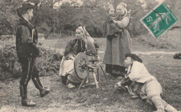 Collection Le Cunf Pontivy. - Deux Jeunes Couple Bretons Dans Un Champ Avec Un Bébé. Beau Plan D'un Rouet - Pontivy